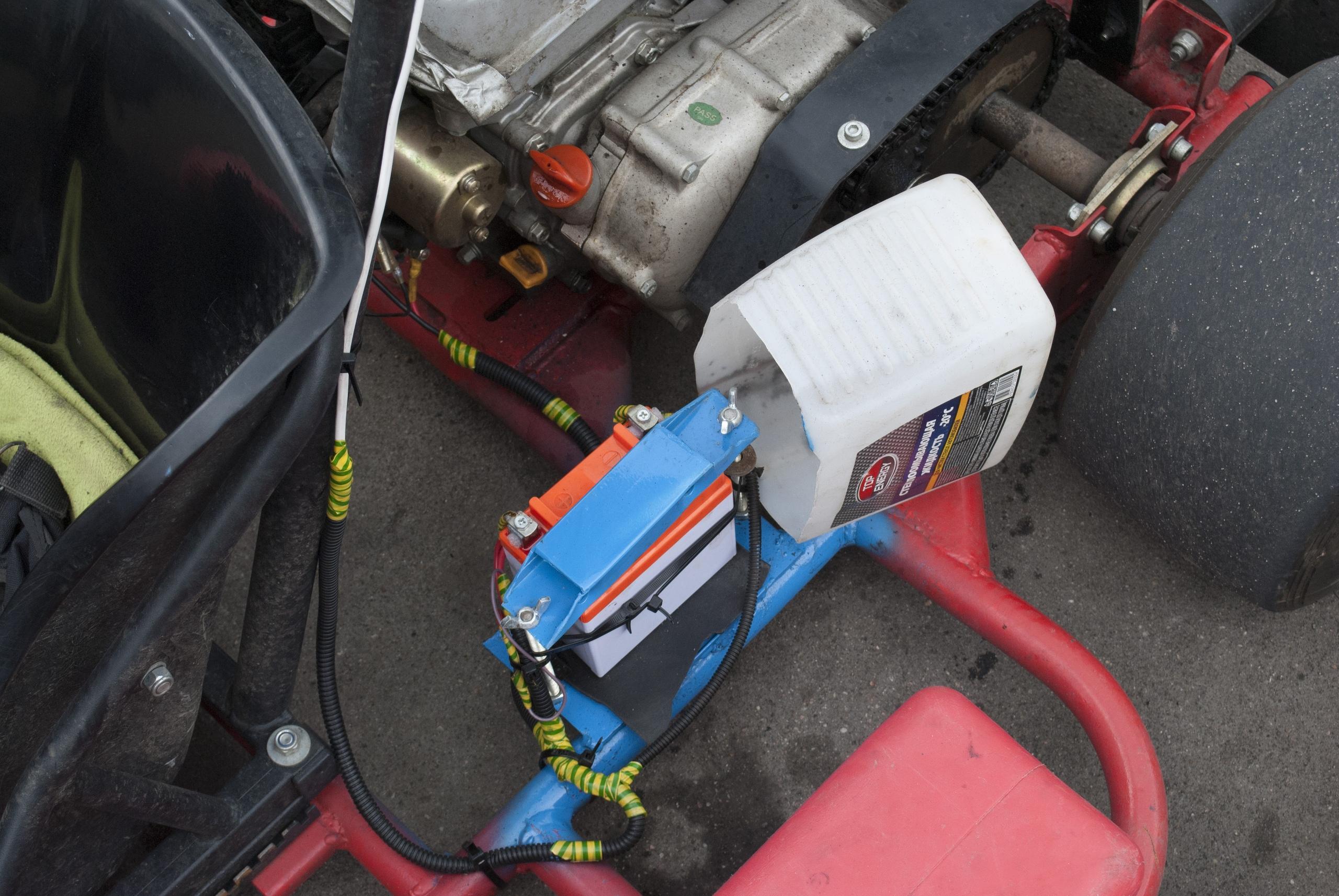 на фоне рамы и двигателя штурманской машины находится аккумулятор