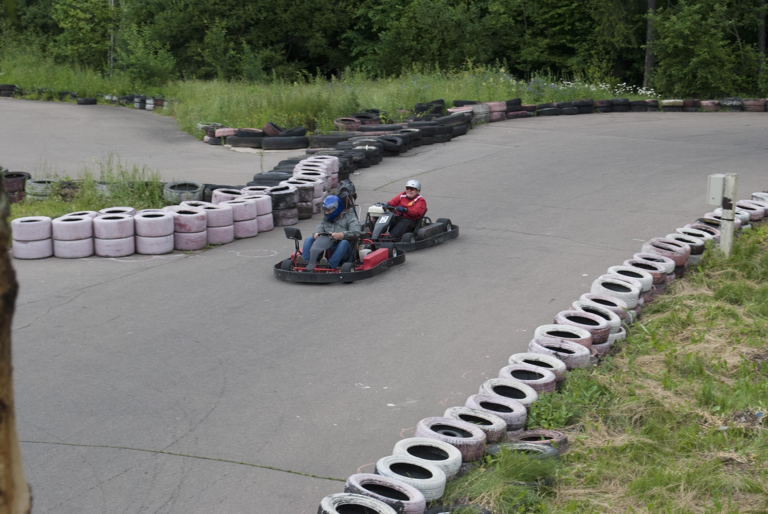 Павел Дрёмин и Андрей Заяц, в процессе езды по треку. На подходе к финишу.